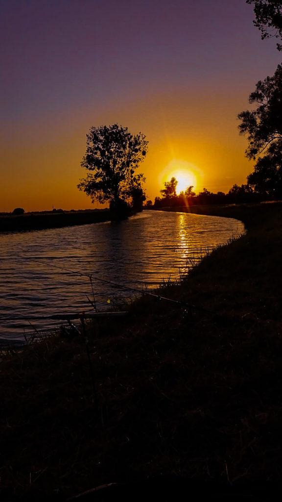 Fliederfest Am Wasser mit Sonnenuntergang von Charly, Foto aus Friesack