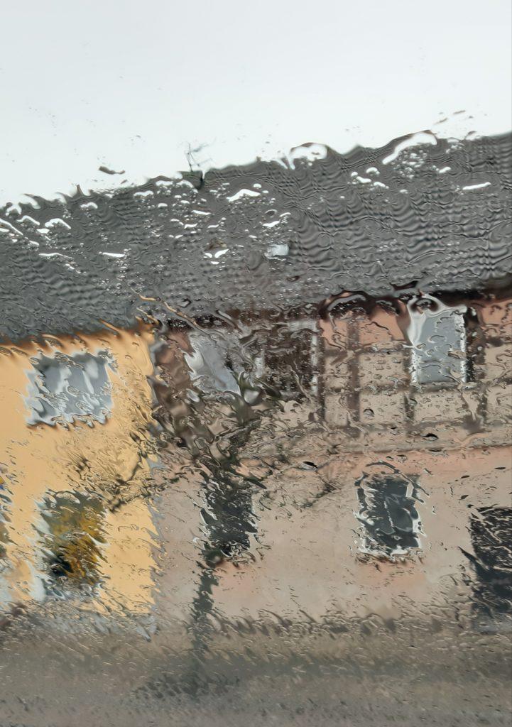 Fliederfest Einer der seltenen Regenschauer in Friesack am Markt von Heike Ambrozik, Foto aus Friesack